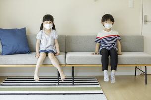 マスクを着けた男の子と女の子の写真素材 [FYI04670554]