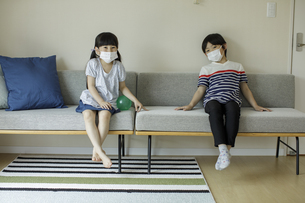 マスクを着けた男の子と女の子の写真素材 [FYI04670555]