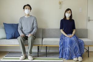 マスクを着けた日本人夫婦の写真素材 [FYI04670556]