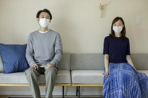 マスクを着けた日本人夫婦の写真素材 [FYI04670557]