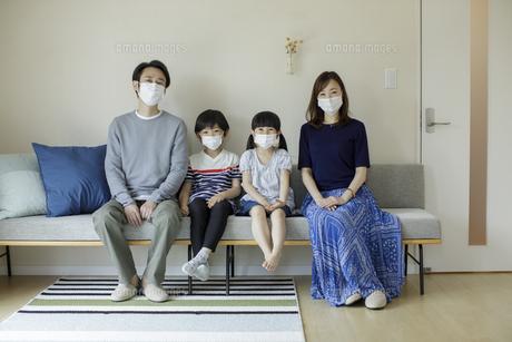 マスクを着けた日本人家族の写真素材 [FYI04670558]