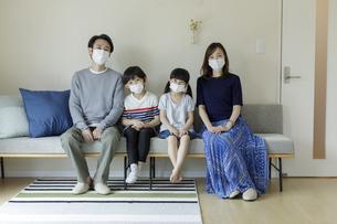 マスクを着けた日本人家族の写真素材 [FYI04670559]