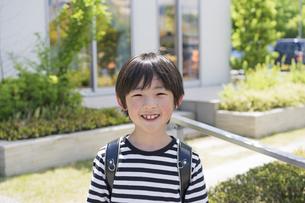 ランドセルを背負った小学生の男の子の写真素材 [FYI04670574]