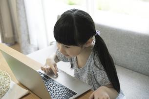 ノートパソコンを操作する女の子の写真素材 [FYI04670578]