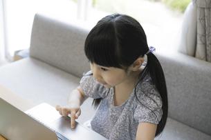 ノートパソコンを操作する女の子の写真素材 [FYI04670579]