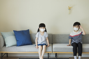 マスクを着けた男の子と女の子の写真素材 [FYI04670598]