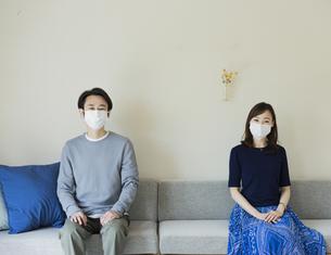 マスクを着けた日本人夫婦の写真素材 [FYI04670599]