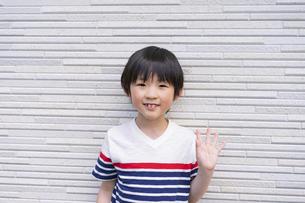 手を振る小学生の男の子の写真素材 [FYI04670602]