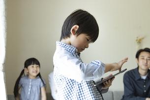 タブレットPCを見る小学生の男の子の写真素材 [FYI04670613]
