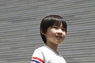 微笑む小学生の男の子の写真素材 [FYI04670617]
