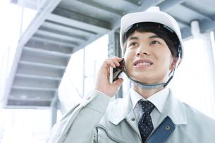 作業服を着たビジネスマンの写真素材 [FYI04670648]