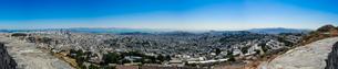 ツインピークからサンフランシスコの町並み(パノラマ)の写真素材 [FYI04670743]