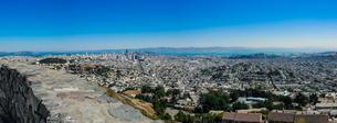 ツインピークからサンフランシスコの町並み(パノラマ)の写真素材 [FYI04670744]