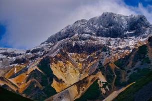 冠雪した山の写真素材 [FYI04670903]