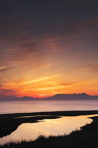 勇仁川と知床連山とオホーツク海の朝の写真素材 [FYI04670960]