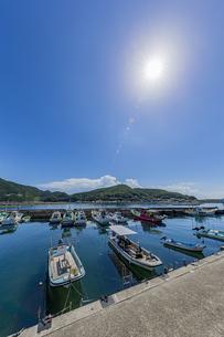 柏島からの穏やかな風景と輝く太陽の写真素材 [FYI04670991]