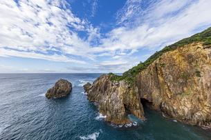海面より鋭くそそり立つ花崗岩台地と海食洞の写真素材 [FYI04670994]