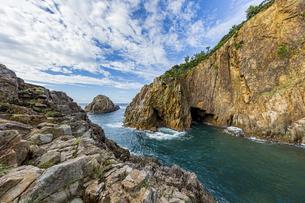 海面より鋭くそそり立つ花崗岩台地と海食洞の写真素材 [FYI04670998]