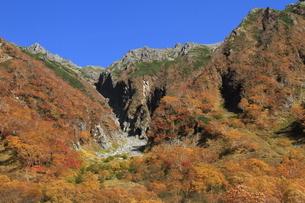 紅葉の穂高連峰の写真素材 [FYI04671085]