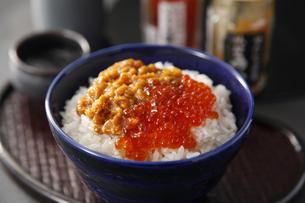 イクラとウニの海鮮丼の写真素材 [FYI04671159]