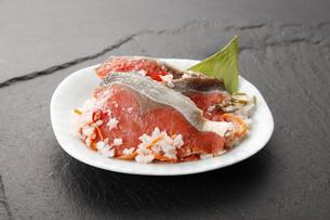 紅鮭の飯寿司の写真素材 [FYI04671162]