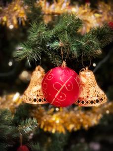 クリスマスツリーに飾られた赤いボールと金色のベルの写真素材 [FYI04671191]