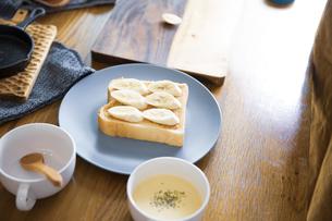 ピーナツバターとバナナの甘いスイーツトーストを料理する女性のイメージ写真の写真素材 [FYI04671223]