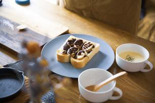 ピーナツバターとバナナの甘いスイーツトーストを料理する女性のイメージ写真の写真素材 [FYI04671226]