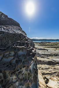 太陽と竜串海岸の様々な奇岩風景の写真素材 [FYI04671272]