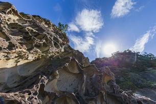 太陽と竜串海岸の様々な奇岩風景の写真素材 [FYI04671276]