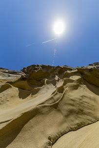 太陽と竜串海岸の様々な奇岩風景の写真素材 [FYI04671302]