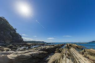 太陽と竜串海岸の様々な奇岩風景の写真素材 [FYI04671328]