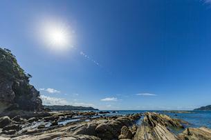 太陽と竜串海岸の様々な奇岩風景の写真素材 [FYI04671329]