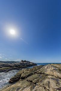 太陽と竜串海岸の様々な奇岩風景の写真素材 [FYI04671332]