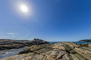 太陽と竜串海岸の様々な奇岩風景の写真素材 [FYI04671333]