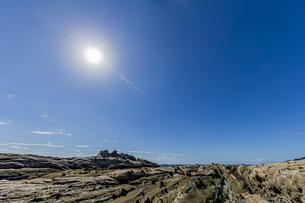太陽と竜串海岸の様々な奇岩風景の写真素材 [FYI04671335]