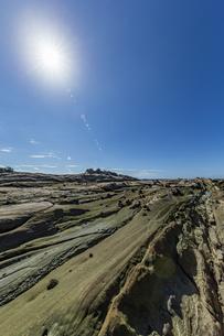 太陽と竜串海岸の様々な奇岩風景の写真素材 [FYI04671337]