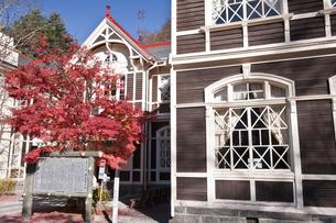 紅葉と旧三笠ホテルの写真素材 [FYI04671453]