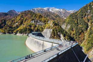 紅葉の立山と黒部ダムの写真素材 [FYI04671468]