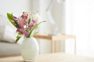 テーブルに飾られている花の写真素材 [FYI04671517]