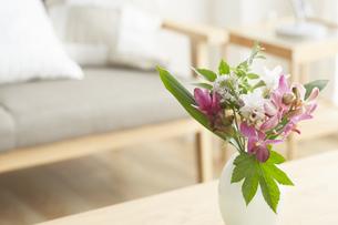 テーブルに飾られている花の写真素材 [FYI04671519]