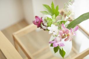 ガラステーブルに飾られている花の写真素材 [FYI04671520]
