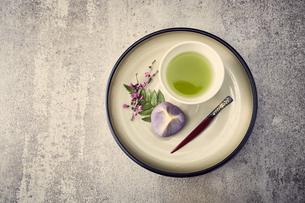 丸い皿に置かれたお茶と和菓子の写真素材 [FYI04671552]