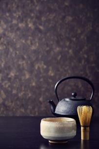 鉄瓶と抹茶茶碗と茶筅の写真素材 [FYI04671558]