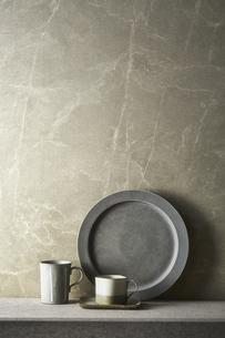 グレートーンでまとめた食器の写真素材 [FYI04671578]
