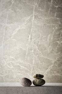 グレーのバック素材と石の写真素材 [FYI04671580]