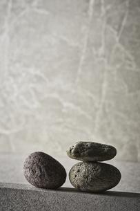 グレーのバック素材と石の写真素材 [FYI04671581]