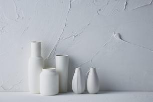 白トーンでまとめた花器の写真素材 [FYI04671589]