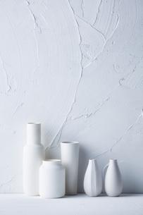 白トーンでまとめた花器の写真素材 [FYI04671590]