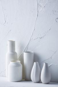 白トーンでまとめた花器の写真素材 [FYI04671592]